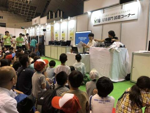 """子ども向けゲーム情報誌「てれびげーむマガジン」で人気の""""さなぴー""""さんによる日本ゲーム大賞「U18部門」の実況プレー。「がんばれ」などのかわいい声援が飛び交っていた"""