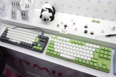 日本語配列で、方向キーつきやF1~F12キー付きの省スペースキーボードも用意