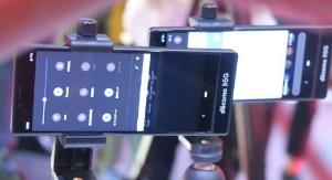 NTTドコモがTGSで公開した5G対応スマートフォンの試作機。かなり縦長の印象だ。(撮影:日経xTECH)