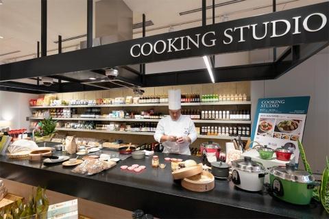 誠品生活市集というエリアにはキッチンスタジオがある。写真で腕を振るうのは、誠品生活が台北で運営するホテル「誠品行旅」のシェフ