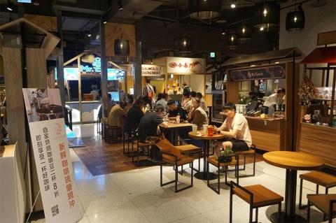 フードホールは台湾の夜市の雰囲気を再現し、店も夜市の人気店を集めた