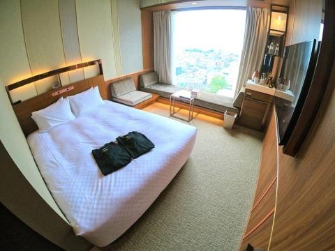 「カンデオホテル大宮」の標準的な客室。窓際のソファはベッドにもなり、最大3人まで宿泊可能