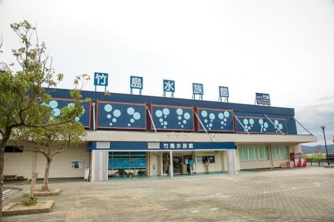 蒲郡市の竹島水族館の外観。見た目は古いが、繁忙期には入場制限をかけるほどの人気