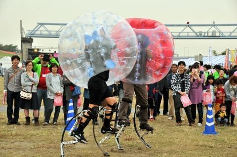 クッションとなる透明な球体を身に付けて、相手をはね飛ばす競技「バブルジャンパー」(写真提供:超人スポーツ協会)