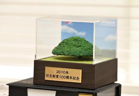 日立創業100周年を記念して2010年に贈られたモチーフ。日立グループのCMソング「この木なんの木」はご存じの人も多いだろう。小林によれば「曲ができたときは、この木のことを誰も知らなかった」らしい