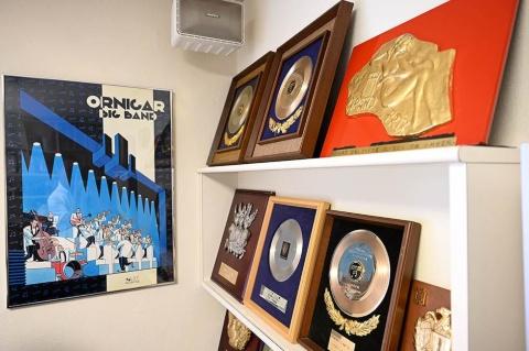 事務所には、数々の音楽賞の受賞を記念する盾が飾られているが、小林によれば「あまり人に見せたくないんですよ、自慢してるみたいで」とのこと