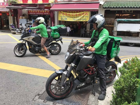 シンガポールで人気の屋台街(ホーカーズ)に料理を受け取りに来たグラブのドライバー