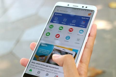 インドネシアでのゴジェックのアプリ画面。多彩なサービスのアイコンがトップ画面に並ぶ(写真/Shutterstock)