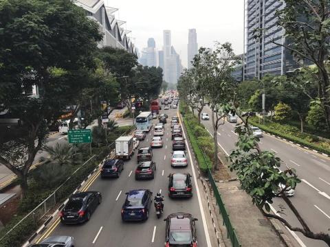 日本ほどではないが、シンガポールの中心街でも朝8時台のピーク時間帯は交通量が多かった