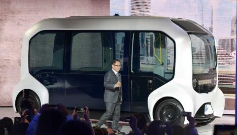 プレスカンファレンスで完全自動運転車「e-Palette」に乗って登場したトヨタ自動車の豊田章男社長(写真提供/トヨタ自動車)