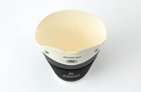 バタフライカップの蓋を開けた状態。上部の白い部分が蓋となる