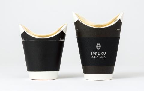 現在、販売しているバタフライカップのサイズは、250ミリリットル(左)と375ミリリットル(右)の2種類。右はIPPUKU&MATCHAオリジナルのスリーブを付けたもの。スリーブのデザインは、GRAPHの吉本雅俊氏が担当
