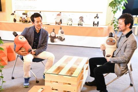 GROOVE X(東京・中央)が開発・販売する家庭向けロボット「LOVOT」(らぼっと)はそのかわいらしさと、人とコミュニケーションする生き物感が人気の秘密。その生き物感はいかにしてつくられているのか。一休の榊淳社長(左)がGROOVE Xの林要社長(右)に疑問をぶつけた