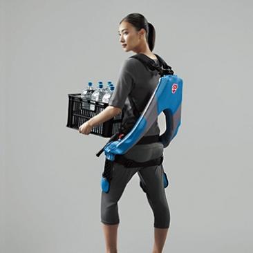 空気圧式の人工筋肉を採用した「マッスルスーツEvery」(イノフィス)。価格が10万円台と手ごろなのも魅力だ