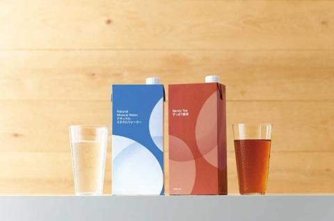 アスクルのPB商品、紙パック飲料シリーズ。既に販売されていた水のリニューアルを機に、麦茶、アップル、オレンジを新たに投入した。「ナチュラルミネラルウォーター 1.0L」(1セット12本入り)は1033円(税込み)。「すっきり 麦茶 1.0L」(1セット12本入り)は1270円(税込み)。アスクルとLOHACOで販売中