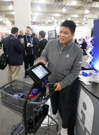 NRFの会場でスマートカートを説明するRetail AIの永田社長