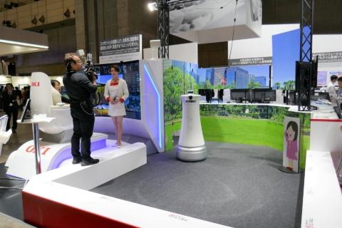 「CEATEC 2019」に出展したOKIの「AIエッジロボット」(写真中央)は、顧客企業の声を反映させ、完全に自律稼働させるのではなく、操縦席からも運用できる点が特徴。メディアにも取り上げられ、ブースには人だかりが絶えないほど来場者の人気を集めた。OKIにとってロボット開発は初めてだったという