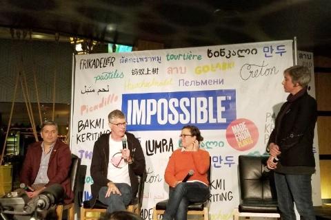 豚ひき肉の代用肉を発表するインポッシブル・フーズのパット・ブラウン創業者CEO(左から2番目)