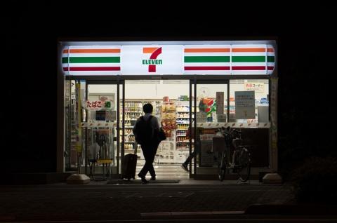 深夜でも営業しているコンビニは消費者にとっては非常にありがたい存在だが…… ※画像はイメージです(写真:NORHAFIS MOHD AMIN/Shutterstock.com)