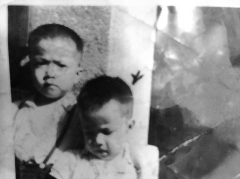 2歳か3歳の頃の徐重仁(写真右)。左は次兄の徐重博