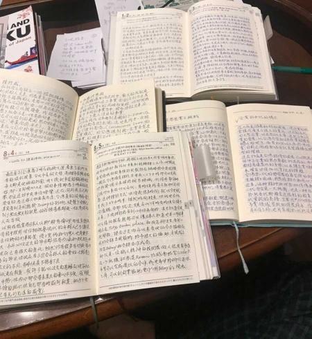 徐重仁の日記。その日にあった出来事を記録し、詳細な分析を書き込んでいる。留学当時も日本のセブン―イレブンやスーパーなど最先端の小売店について観察した結果や、それに対する考察などをびっしり書き込んで独学していた