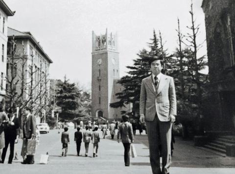 早稲田大学の本部キャンパスに立つ徐重仁。写真の右端に見えるのは、徐が流通経済の独学のために足しげく通った早稲田大学図書館。写真中央は大隈講堂
