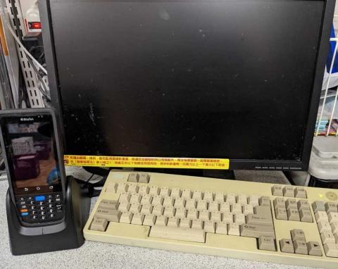 GOTのシステムが導入されたEOSのハンディーターミナルと管理用パソコンのモニター