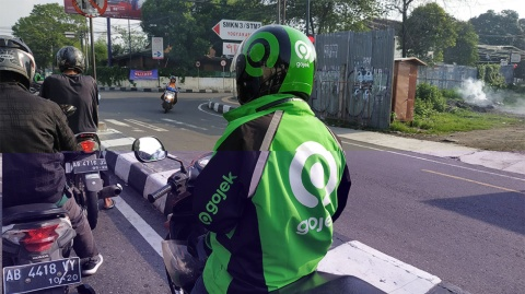 ゴジェックのバイクドライバー(写真/bagussatria / Shutterstock.com)