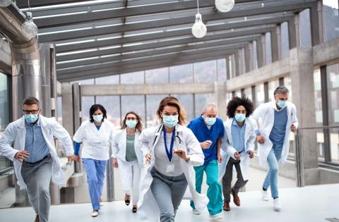 医療従事者などエッセンシャルワーカーの安心安全な移動を支援することは、喫緊の課題だ。写真はイメージ(写真/Shutterstock)
