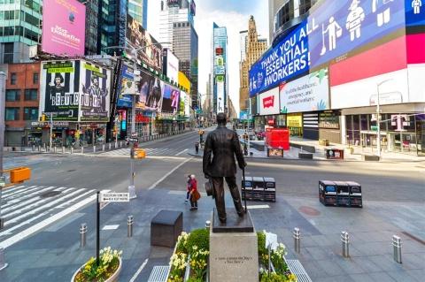 2020年4月12日のニューヨーク、マンハッタンの大通り。ニューヨークでは、社会的距離を保ちつつ健康的な移動ができるよう、歩行者や自転車に街路空間を開放する動きが出てきている(写真/Shutterstock)