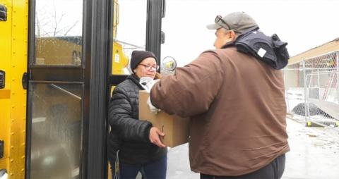 ミネソタ州のセントポール公立学校のスクールバスで食事を届けている様子(出典:ADINA SOLOMON(2020):Schools Take Their Meals on the Road — Will the Changes Outlast COVID-19、APRIL 14, 2020)