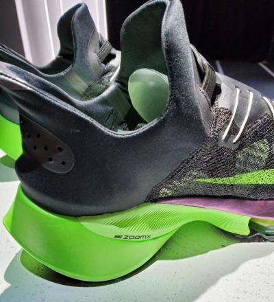 「Nike Air Zoom Alphafly NEXT%」。厚いソールと内部構造によって記録を塗り替え続けている