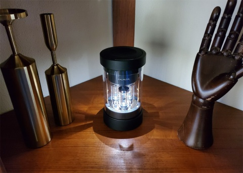 バルミューダ初の音響機器「BALMUDA The Speaker」。ライブステージのような光の放射を再現し、壁などに映る陰影なども美しい。20年4月22日から予約開始。発売は20年6月中旬の予定。価格は3万5200円(税込み)