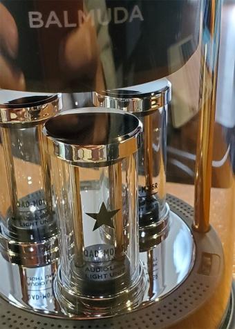 有機ガラス製のLED管。フロント中央のLED管にはロックスターの象徴として星が描かれている