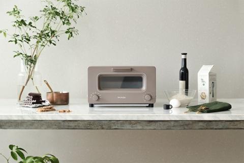 バルミューダの名を世に知らしめたスチームトースター「BALMUDA The Toaster」。写真は最新カラーの「Chocolate(ショコラ)」。価格は2万5190円(税込み)