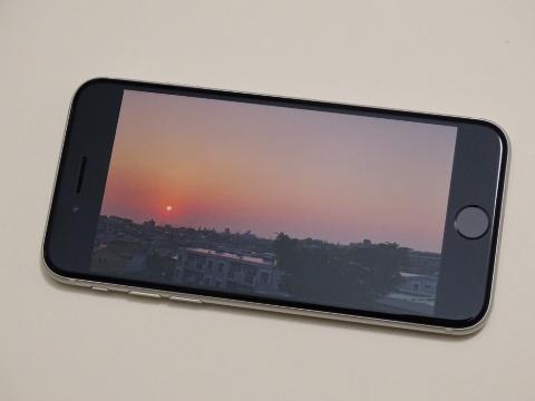 iPhone 8とのデザインの違いは、全てのカラーバリエーションモデルでディスプレー周辺に黒いベゼル(枠)を採用したこと。4.7インチの比較的小型な画面でも、動画や写真を表示するとサイズを超えた高い没入感が得られる