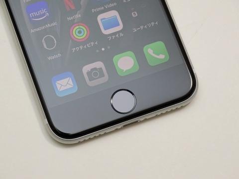 iPhone 8からホームボタンを継承した新iPhone SE。指紋認証による画面ロックの解除や決済処理ができる