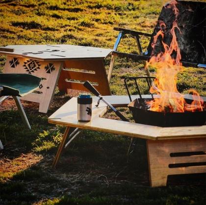 たき火を囲むためにTheArth(ざぁ~ッス)が開発した、六角形の「ヘキサテーブル」。組み立て式で、3本脚で自立する構造だ