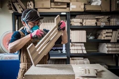 5軸加工機カットされた木材は、1つひとつを手作業でフィニッシュ。この後、塗装の工程を経て完成となる