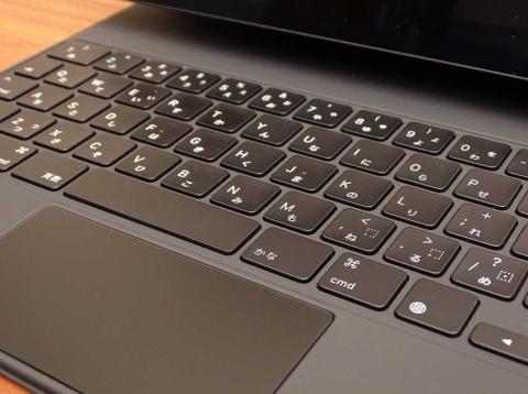 シザーメカニズムのキーボードはストロークが1ミリ。心地よいフィードバックを確保しながら打鍵音も静かに抑えている