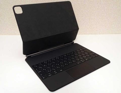 Magic Keyboardを展開した様子。2枚の本体パネルを開いてから、iPad Proを載せる側のパネルをさらに角度を付けるように曲げられる。接続部は強固に作られており、iPad Proを接続した状態でしっかり固定できる