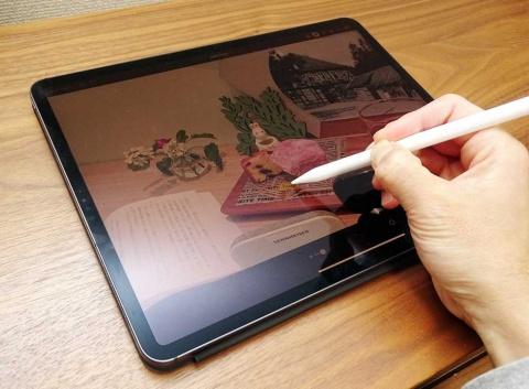 Smart Keyboard Folioは2枚のパネルを背中合わせにして、テーブルの上などに平置きが可能。Apple Pencilによる細かな作業に集中したい場合はこちらのキーボードのほうが向いている