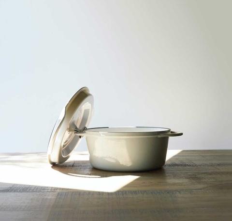 2010年発売の鋳物ホーロー鍋「バーミキュラ オーブンポットラウンド」シリーズ