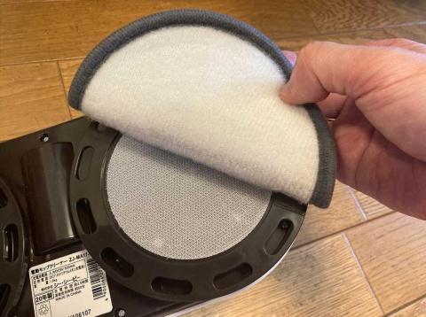 水でぬらして絞ったモップパッドを、取り付け目安線に合わせて張り付けてから使用する