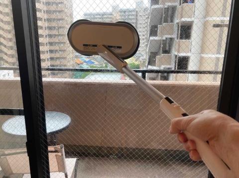 市販のフロアワイパーなどと同様に、持ち手とパイプが取り外せるようになっており、窓拭き用のハンディーワイパーにもなる
