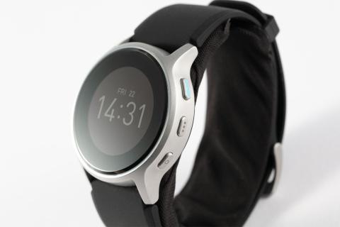 側面には血圧測定ボタンなど3つのボタンがある。操作はシンプルで分かりやすい