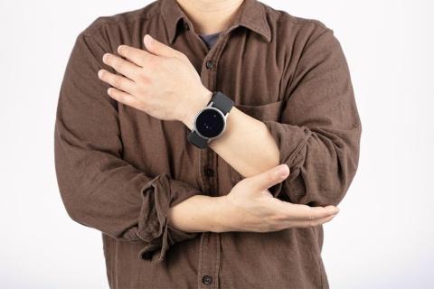 血圧を測定するときは、楽な姿勢で座って5分ほど安静にし、心臓の高さに構える