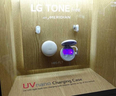 LGエレクトロニクスが海外で発売したワイヤレスイヤホン「LG TONE Free」。イヤホンをケースに格納する間、黄色ブドウ球菌と大腸菌の除菌に効果があると言われる紫外線を、イヤホン本体やイヤーピースに照射する