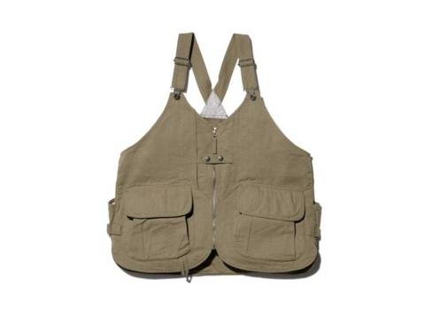 武骨なイメージのダック生地に難燃糸カネカロンを織り込んだ「TAKIBI Duck Vest」。オリーブとベージュの2色展開。3万7400円