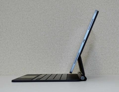 Magic KeyboardにiPad Airを装着した状態。フローティングカンチレバーで画面の角度が変えられる